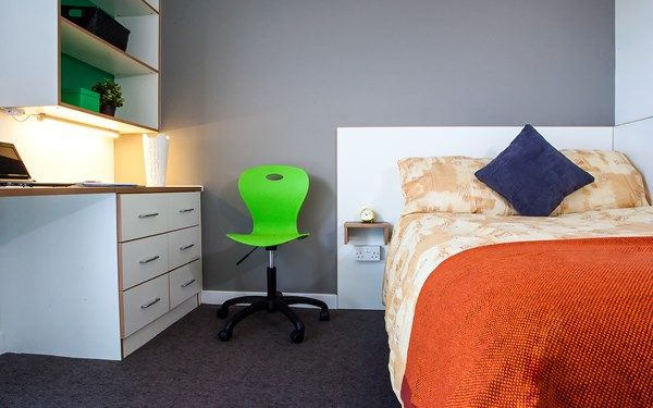 One of our en-suite rooms available now for students in 2017 at Hyndland House