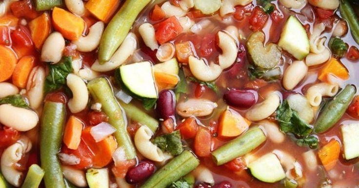 L'authentique et indémodable soupe Minestrone à la mijoteuseUne soupe parfaite pour les journées plutôt froides.Laisser la mijoteuse faire le travail, voici la soupe minestrone.Ingrédients : 1 oignon rouge, coupé en dés 2 carottes, coupées en dés 2 branches de céleri, en dés 4 gousses d'ail, hachées