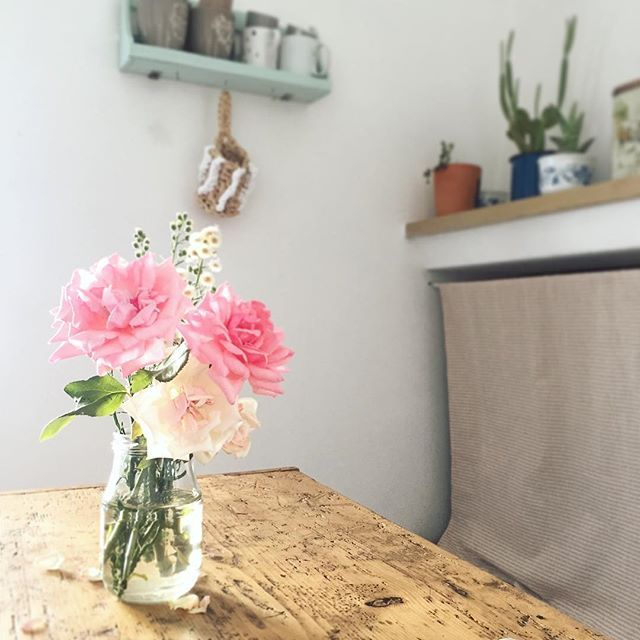 HOME| Sabato. Spesa, passeggiata lunga con i cani, cena, nanna. E domattina si scrive il post per lunedì #sabato #flowers #naturallight #lucenaturale #home #rose #fiori #interiordecor