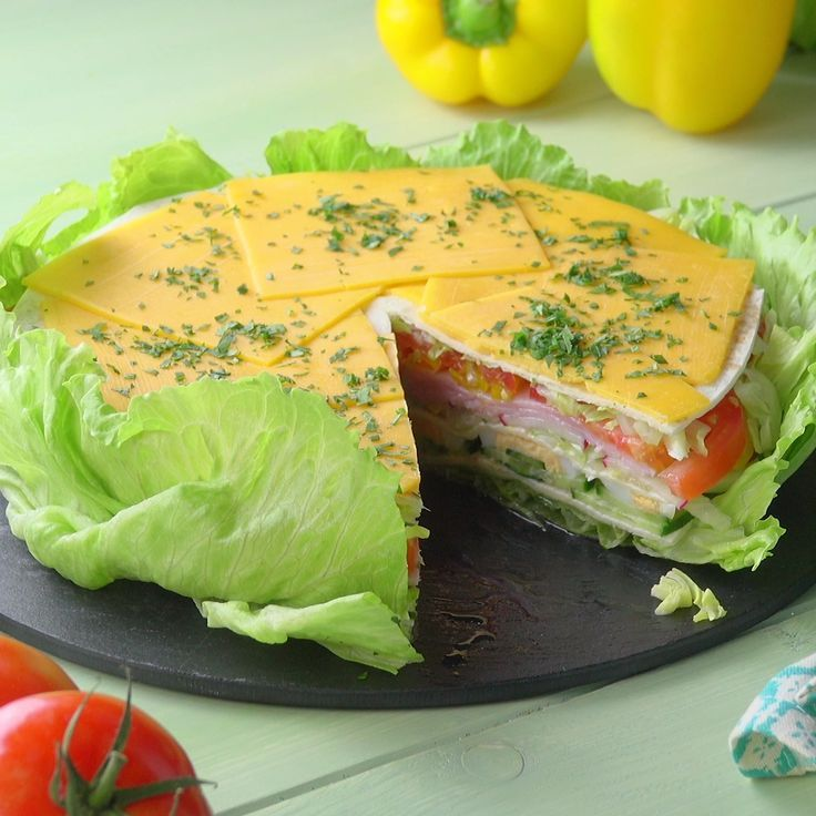 Die frische Salat-Torte mit cremiger Soße verfüh…
