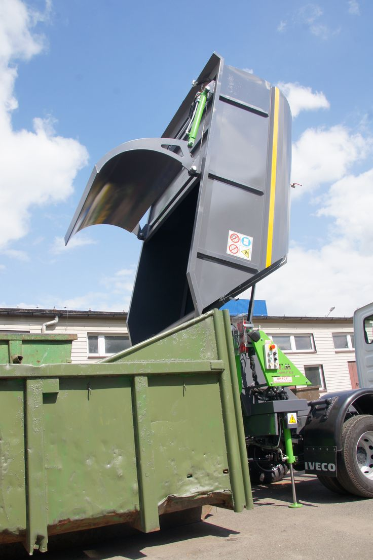 Wyładunek śmieci z podniesionego zbiornika zabudowy śmieciarki KVC do kontenera KP7