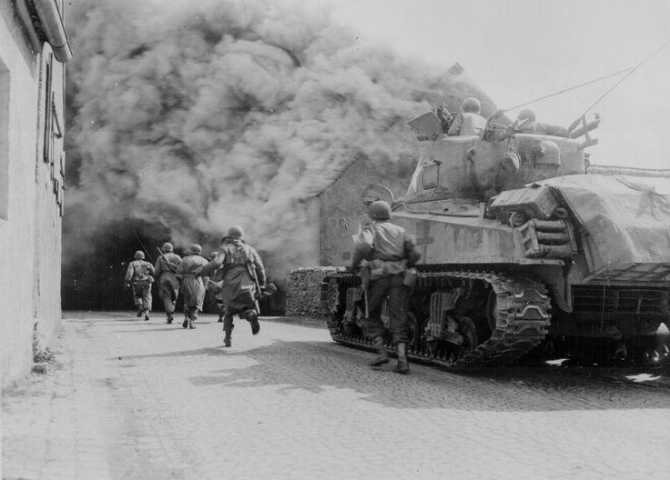 Soldados de Estados Unidos avanzando por Alemania.