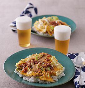 沖縄ではおなじみのご当地メニュー。コンビーフなど肉の加工品と野菜を炒め、卵とじにしたものをご飯にのせます。丼ではなく平らな皿に盛るのもポイント。材料や作り方はいろいろありますが、ここではコンビーフを使ったレシピでご紹介します。