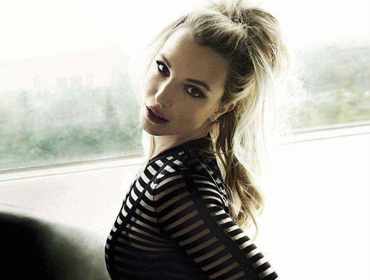 Бритни Спирс шокировала своими «кошмарными» ногтями