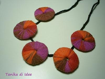 collana con dischi di cartone e fili di lana