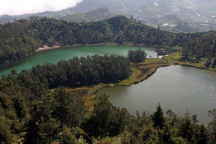 TELAGA WARNA Pemandangan telaga warna dari ketinggian di dataran tinggi Dieng, Wonosobo, Jawa Tengah