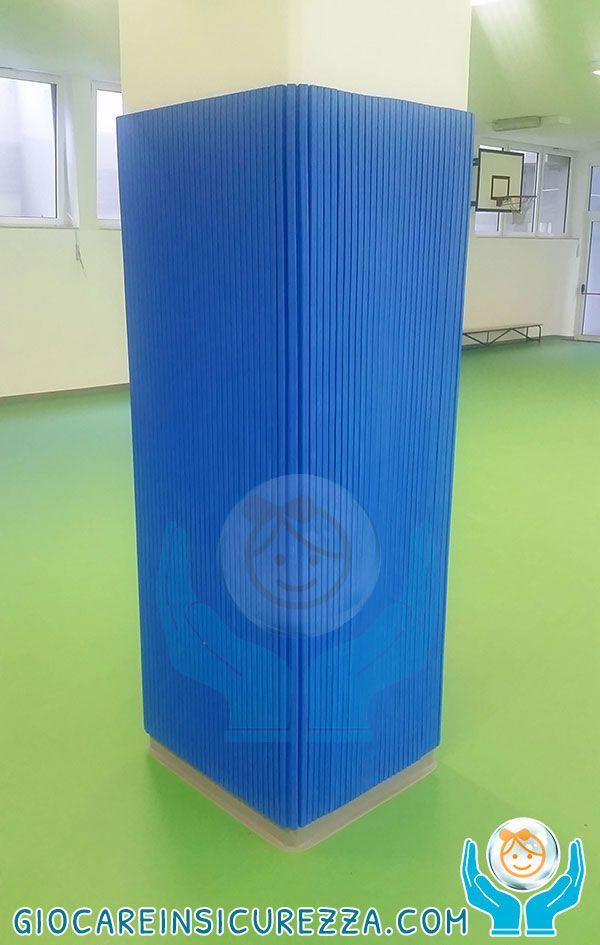 Pilastro di una palestra comunale rivestito su tutti i lati dalla protezione avvolgente in gomma