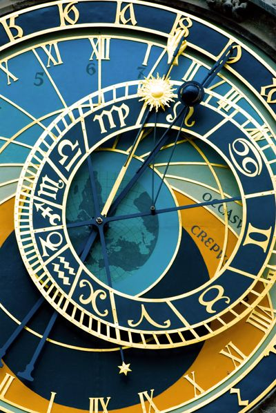 Como hemos comentado en otros posts, Praga es una ciudad llena de magia y cuna de grandes leyendas. Sin duda, una de las más conocidas tiene que ver con un must de la ciudad: el Reloj Astronómico, situado en la pared sur del Ayuntamiento de Praga, en plena Ciudad Vieja.