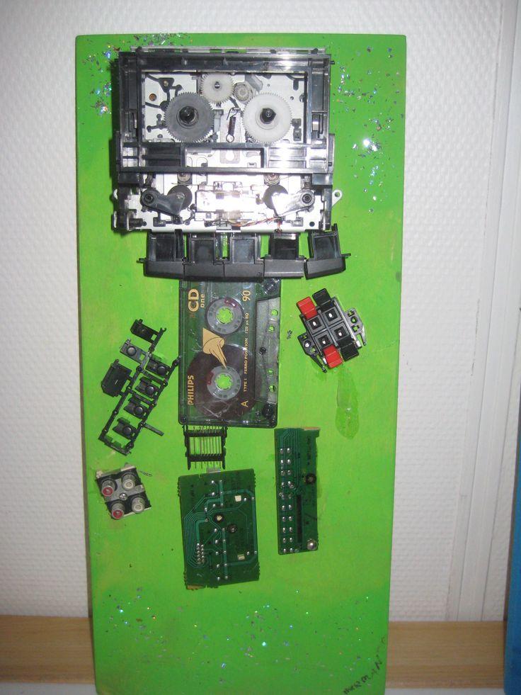 Robot poppetje maken. Oude radio of dvd speler door de kinderen laten demonteren met schroevendraaiers en tangetjes is een geslaagde techniekles. Onderdelen in een bakje verzamelen. Plankje verven en onderdelen daarop lijmen of schroeven en klaar.