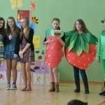 """21. marca w naszej szkole odbył się po raz VII projekt edukacyjny """"Trzymaj formę """" .Wszystkie klasy musiały musiały przygotować się do pięciu konkurencji , takich jak : plakat, piosenka , wiersz, układ taneczny promujący zdrowy tryb życia , piramidę zdrowego żywienia , oraz stroje przedstawiające wybrany owoc/warzywo ."""