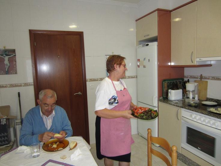Papá y mamá en la cocina. Esta imagen siempre está en mi retina cuando pienso en ellos y es que aquí nos pasamos las horas hablando!