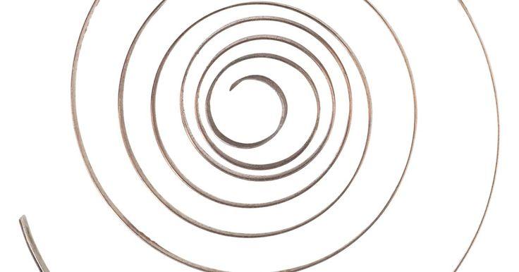 Cómo hacer un muelle en espiral plano. Los muelles en espiral planos consisten en una tira plana de metal que se enrolla en forma de espiral. Cuando el extremo exterior se mantiene en su lugar y el centro se enrolla ceñidamente, el resorte liberará la energía almacenada en el devanado. Un ejemplo común de esto es la causa principal de un reloj mecánico, el cual girará los engranajes ...