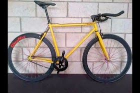 Quella's new fixed gear/singlespeed bike is called the One, and looks set to be a good value, stylish urban commuter. At its heart is a vintage-inspired track frame made from 4130 chromoly steel and available in a dazzling array of powder-coated finishes, including gold.