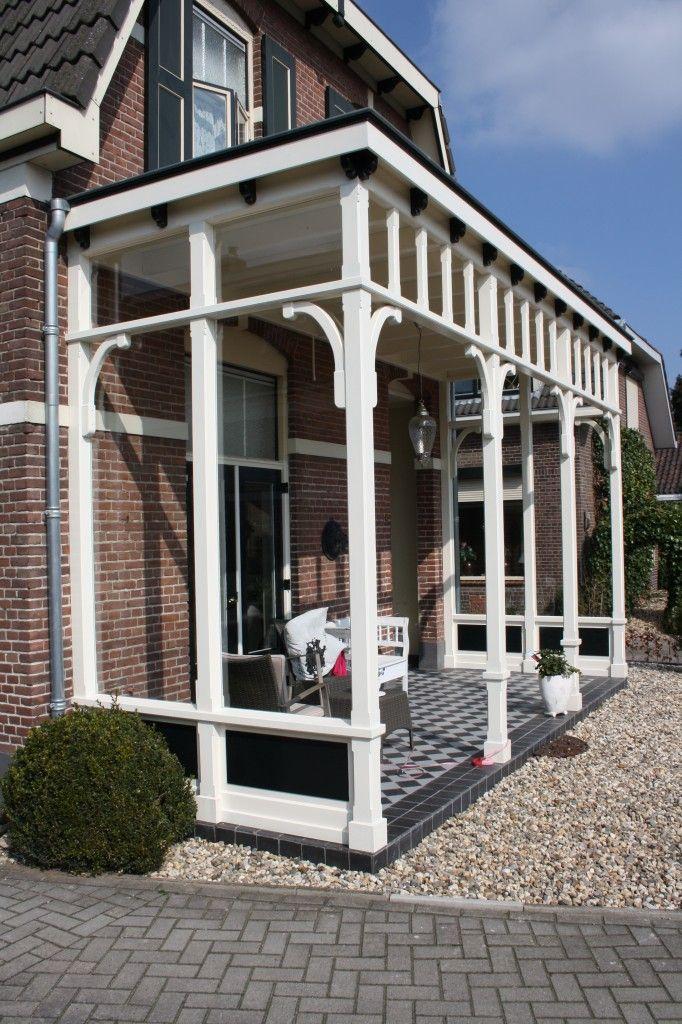 Nieuwbouw veranda aan voorgevel bestaande woning en kozijnen en ramen op de verdieping vervangen. Ontwerper: Horstink Kwaliteitsbouwers