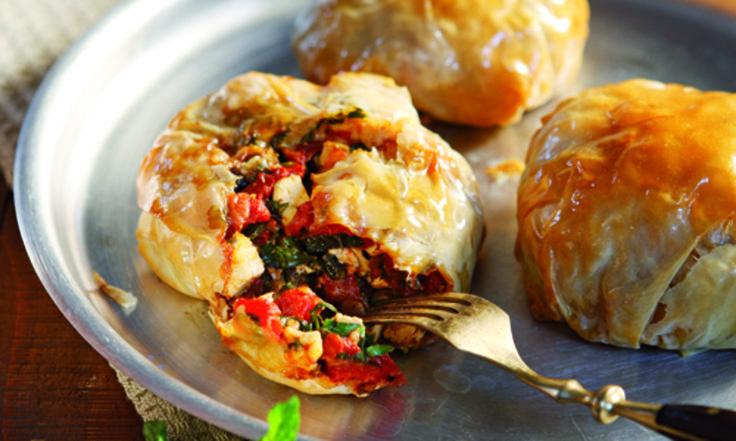 Ένα παραδοσιακό πιάτο του χωριού, που απαντάται σε πολλές εκδοχές. Εδώ σας προτείνουμε να το κάνετε λαχταριστά 'πακετάκια' με κοτόπουλο, φέτα, ντομάτα και αρωματικά... Σκέτη νοστιμιά!