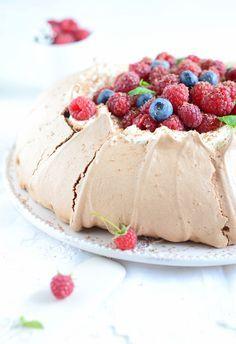 Pavlova (pavlowa) czekoladowa z kremem z mascarpone i malinami