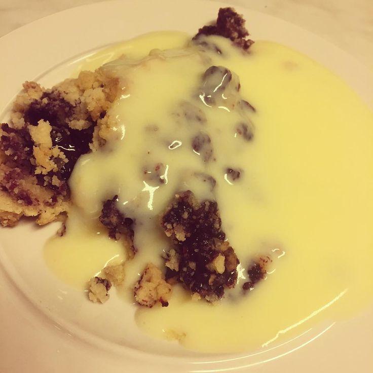Jobbar på att tömma både kyl och frysar. Allra helst frysarna då de behöver frostas ur. Blåbär som min pappa plockat passade ju utmärkt att använda till en sen söndagspaj ;) vart en blåbär/hallonpaj också när man ändå stod i köket  #paj #blåbär #pappaharkröktrygg #blueberry #pie #baka #bakat #fika #vaniljsås #gott #gotte #godis #söndag #awesome #smulpaj #enkelt #snabbt #imittkök