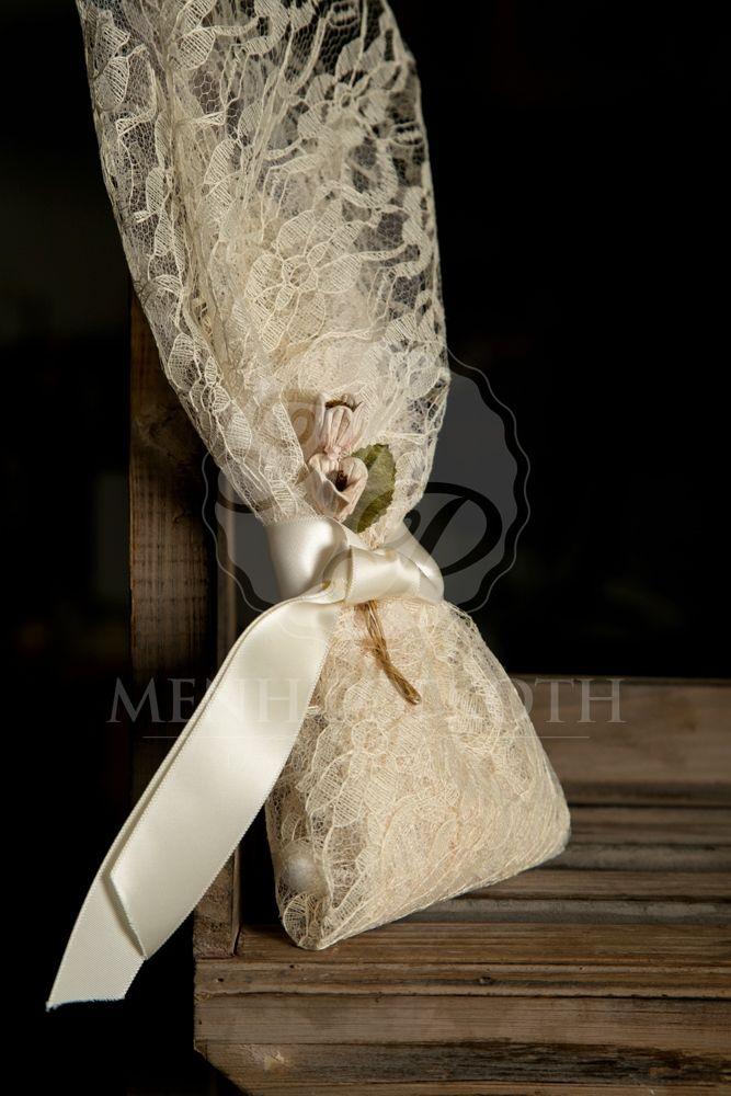 Μπομπονιέρα γάμου σε vintage ύφος δαντελένια με λουλουδάκια και σατέν εκρού κορδέλα