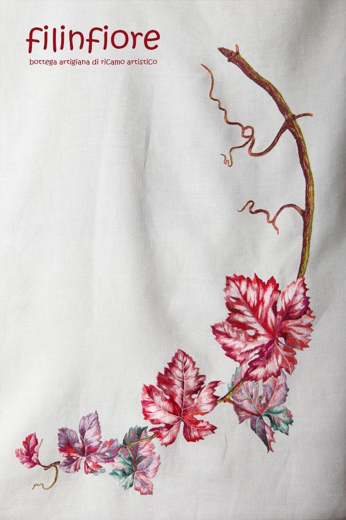 Il #tralcio di #vite è raffigurato in questo #tovaglia ricamata a mano. #filinfiore #ricamo