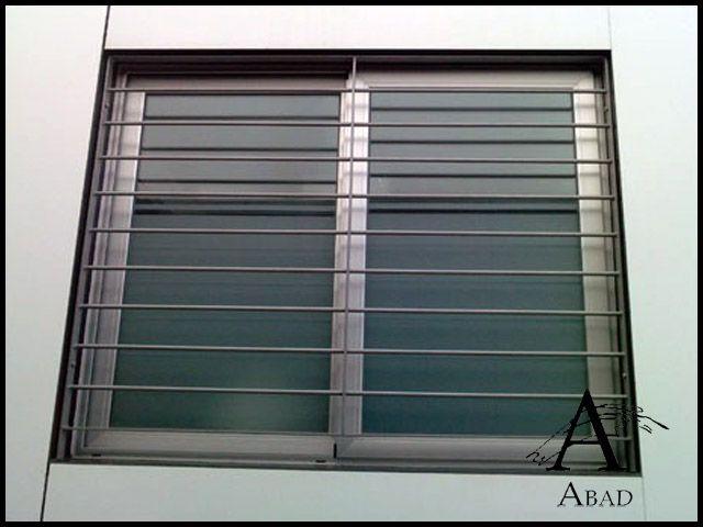 Las rejas modernas para ventanasofrecen un estilo mas vanguardista a su vivienda. Están fabricadascon bastidor de ángulo y unentramado interior en diferentes formas y modelos, son un sistema de seguridad que pueden convertirse en un elemento de decoración central en su espacio.
