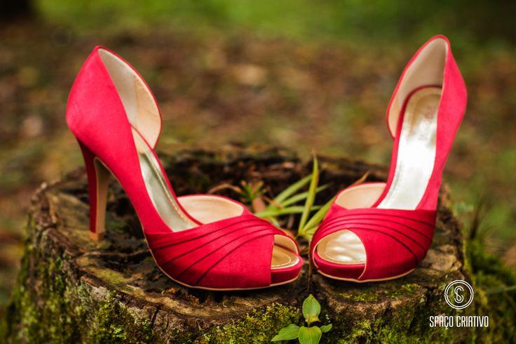 Sapato de noiva vermelho, moderno ou retrô, disponível na Spaço Criativo.