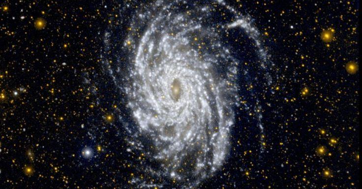 a NGC 6744 aparece nesta imagem em ultravioleta com a formação de estrelas em regiões externas da galáxia. A 30 milhões de anos-luz, a galáxia está na constelação de Pavão e é maior do que a Via Láctea, com um disco que mede 175 mil anos-luz