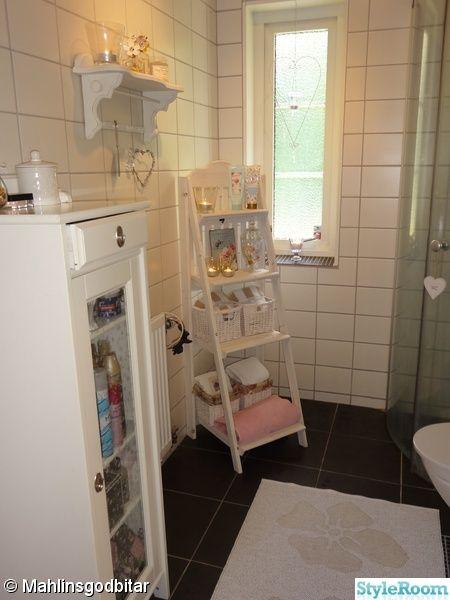 badrumsskåp ikea,svart klinker,vitt kakel,plastmatta