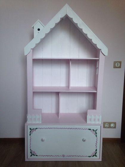 Купить или заказать Кукольный домик-стеллаж с большим ящиком в интернет-магазине на Ярмарке Мастеров. Очаровательный кукольный домик-стеллаж на 5 комнат подойдет как для игр с куколками, так и для хранения игрушек, ведь в этой модели продумано все для того, чтобы игры с доставляли только радость: красивый дизайн, который украсит комнату любой маленькой принцессы, и прекрасная система хранения! Резные окошки, маленький скворечник на крыше, игрушечный заборчик делают его таким сказочным и&h...