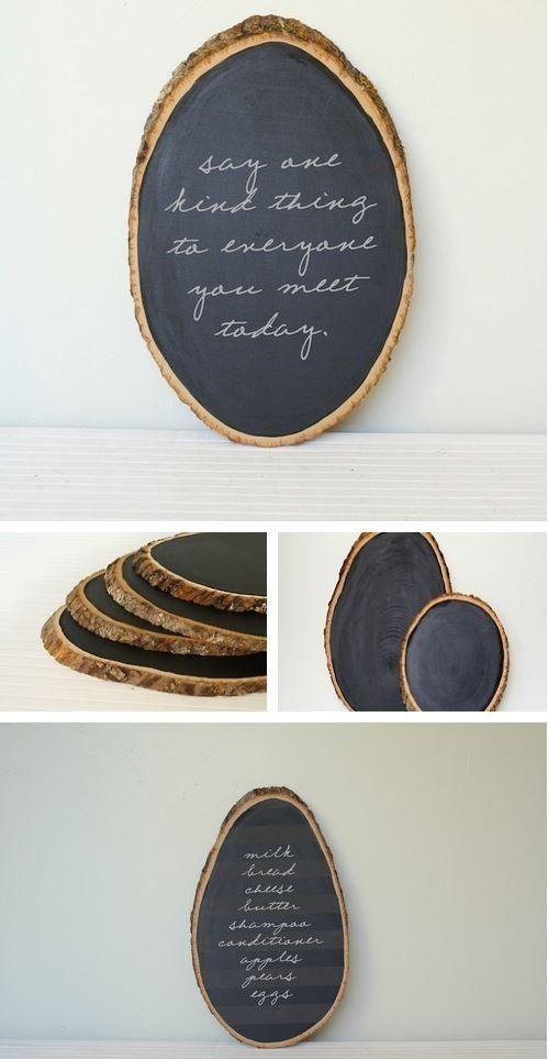 Baumstammstücke, bemalt mit Tafelfarbe = Zuhause …