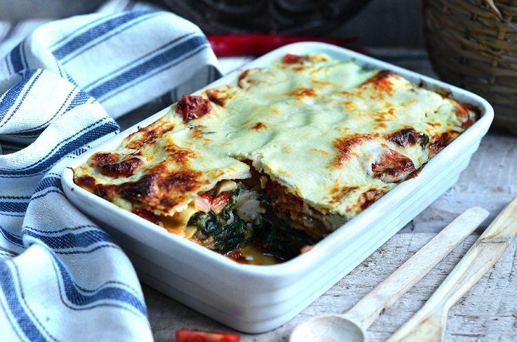 Lazagne ze szpinakiem i fetą, bardzo smaczny, łatwy w przygotowaniu obiad lub kolacja na ciepło. Warstwy makaronu pod jogurtowym lub beszamelowym sosem.