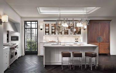 Le blanc illumine votre déco ! Dans une pièce bénéficiant de peu de lumière naturelle comme dans cette cuisine, c'est la couleur parfaite. En complément, on a installé des rétroéclairages dans le faux plafond, des spots dans les placards vitrés, des néons en haut de la crédence cuisine pour voir ce que l'on coupe et mange. Le blanc met aussi en valeur votre vaisselle et votre collection de cuivres dans cette cuisine tendance.