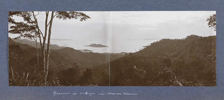 Anonymous | Gezicht op Siboga en de Indische Oceaan, Anonymous, c. 1900 - c. 1920 | Onderdeel van Reisalbum met foto's van bedrijvigheid en bezienswaardigheden op Sumatra en Java en van de reis naar en van Nederlands-Indië.