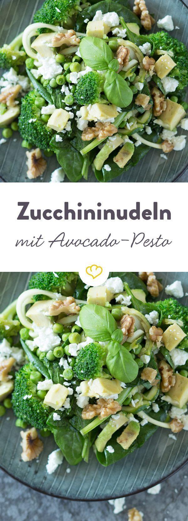 Mit dieser Zucchinipasta schwelgst du im Nudelglück, aber ohne klassische Nudeln. Dazu ein Pesto, Brokkoli und Erbsen - eine unschlagbare Kombination.