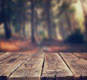Açık rustik ahşap plakalar ve ormandaki ağaçlar arka plan görüntüsü. görüntü retro tonda — Stok fotoğraf #53381925