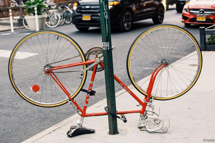 Bici de carreras roja #bike #bikelife #bikes #biker #bikeporn #bikelove #bikenyc #street #streetphotography #streetstyle #streetlife #streetbike #bici #bicicleta #ny #nyc #newyork #newyorkcity #seeyourcity #urban #city #velo #cycling
