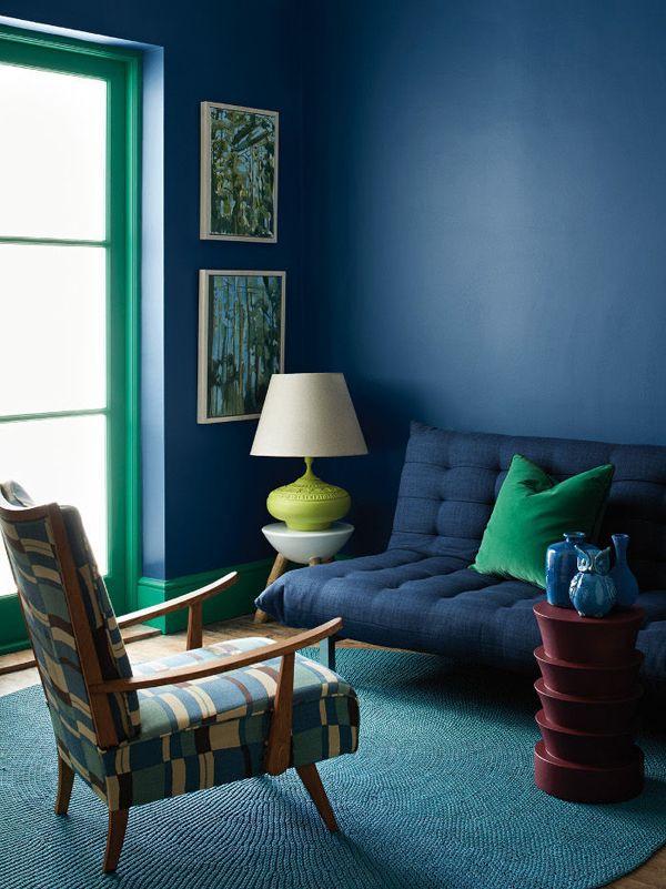 Dunkelblaue Wand, grüne Fenster