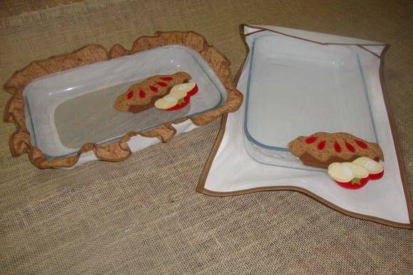 Porta assadeira, ideal p/ guardar a assadeira com bolo de maneira bonita, enfeitando a mesa. Cabe a assadeira grande.  Protetor para pirex ou touca para pirex, súper útil para manter os insetos longe do alimento. Podem ser feitos redondos para usar em tigelas.  Podem ser vendidos separados e o tema bordado combinando com o kit de cozinha.