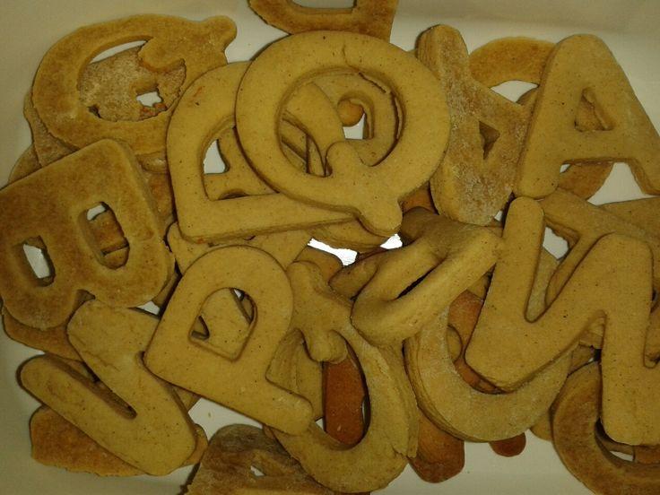 verwarm 75 gram honing, 75 gram schenkstroop, 100 gram boter, 1 tl sinaasappelrasp en 1 tl koekkruiden en laat afkoelen. Meng het afgekoelde mengsel met 250 gram bloem en een snufje bakpoeder en zout en kneed tot een deeg. Even in folie in de koelkast leggen. Verwarm oven voor op 180 graden en bak koekjes ongeveer 12 minuten.