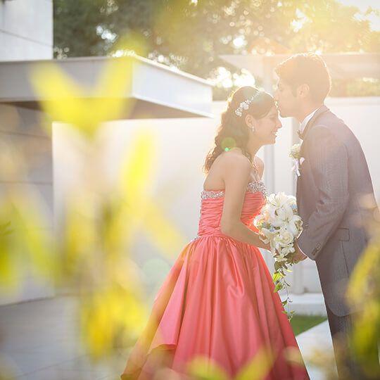 群馬県前橋市の結婚式場「ザ・リーヴス プレミアムテラス」は、自然のぬくもり感じる開放的で洗練された空間で、おふたりのテーマに合わせた演出で祝宴を彩ります。