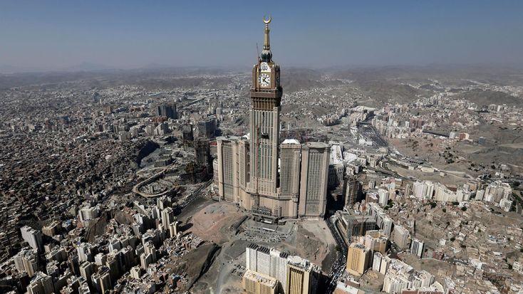 Imagen de la Torre Abraj Al-Bait, también conocida como la Torre del Reloj del Hotel Real, en la Meca, Arabia Saudita. Según el Consejo de Edificios Altos y Hábitat Urbano, la torre es la segunda construcción más alta del mundo con 601 metros (1.972 pies)