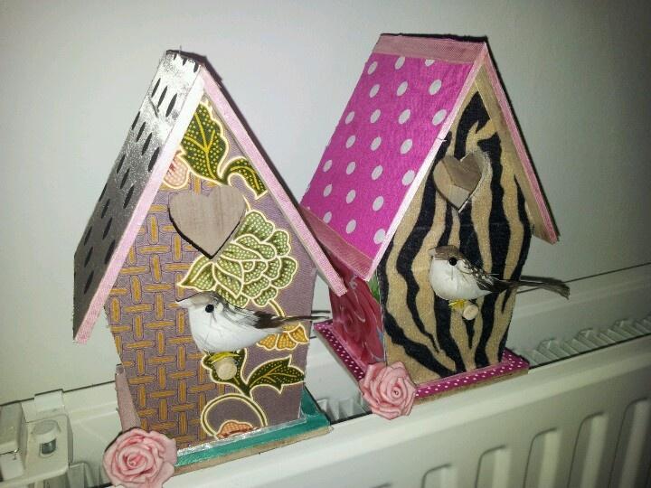 Zelfgemaakte vogelhuisjes.