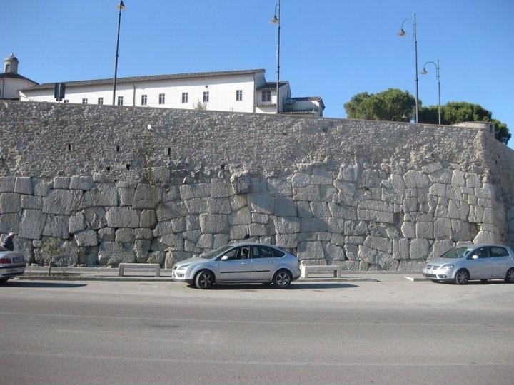 Mura ciclopiche di Amelia (TR)  Testimonianza di tale vetustà sono le monumentali mura poligonali (V-IV secolo a.C.), che cingono gran parte dell'abitato, unitamente a quelle romane e medievali, per circa 2 km.