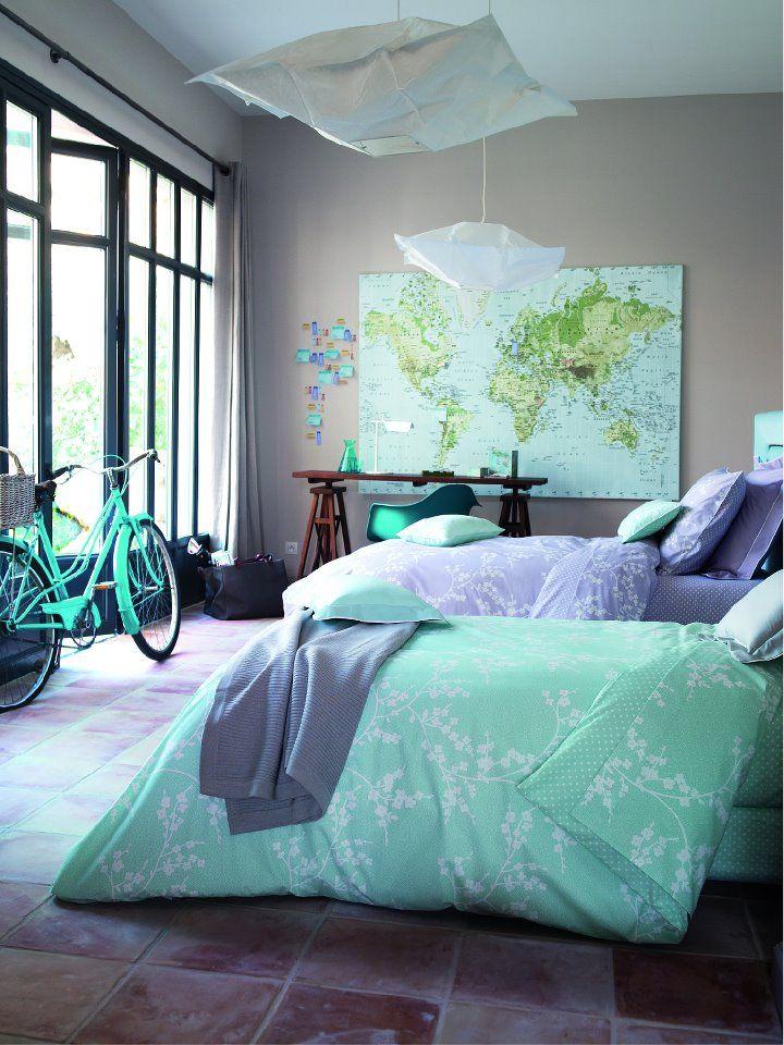 Aqua Sky 2003 Pantone  Dormitorio en tonos Aqua Sky: edredón nórdico, póster y bicicleta