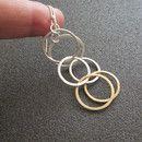 Diese Ohrringe sind einfach und elegant, perfekt für den Alltag. Drei gehämmert, strukturierten Metall-Kreis-Links geben, dieses einzigartige Ergebnis. Früher habe ich Silber und Messingdraht, um...