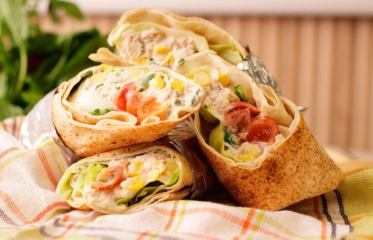Φτιάξτε σε λιγότερο από μισή ώρα αραβικές πίτες με τόνο και μυρωδικά για τέσσερα άτομα. Και αφήστε τη γεύση να λιώνει στο στόμα!