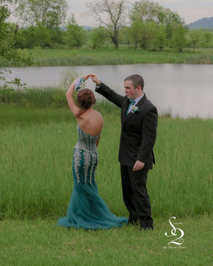 Prom, prom pose, too cute! Couples pose, engagement picture. Photography: Studio2go by Dawn Owen