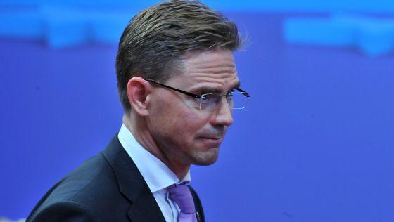 Finlandia intentará bloquear la compra de deuda de los países del euro en apuros : el Gobierno finlandés se desmarca del acuerdo en un informe remitido al Parlamento del país [...] el primer ministro finlandés, Jyrki Katainen, a su salida de la cumbre de Bruselas de la pasada semana / @elpais_internacional   #politiquerio