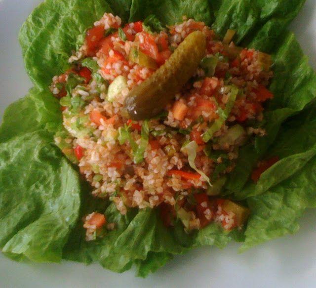 KARA BULGUR SALATASI-Yarım bardak kara bulgur -1 domates -1 salatalık -3 salatalık turşusu -3-4 yaprak marul -1 kırmızı biber -çeşitli otlar(maydanoz,dereotu,nane,reyhan) -limon suyu -tuz(çeşitli baharatlar) -1 kaşık balzamik sirke  Bulgur yıkanır.Kaynamış su ile ıslatılarak tuz eklenip bulgur yumuşayıncaya ve suyunu çeken dek bekletilir. Diğer malzemeler ufak doğranarak bulgurla karıştırılır ve sosu eklenir. *220 gr salata yaklaşık 1 büyük kase kadar ediyor.