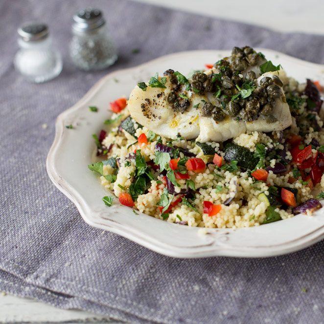 Saftig-zart und schnell gemacht. Kabeljau aus dem Ofen ist kinderleicht und wird mit buntem Ofengemüse und Kapern zur geschmacklichen Wonne.