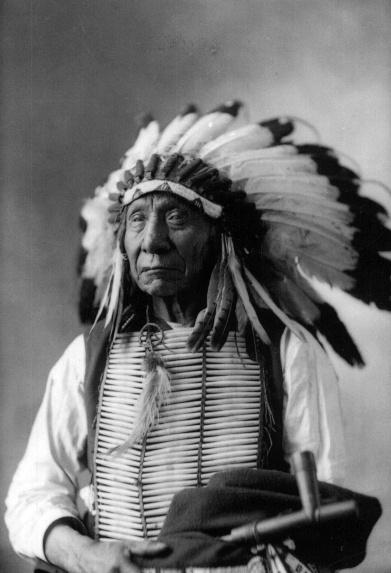 Nube Roja (1822 - 1909). Jefe de los Sioux Oglala. Obtuvo victorias espectaculares que obligaron al gobierno estadounidense a firmar el Tratado del fuerte Laramie de 1868.